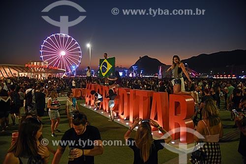 Pessoas fotografando letreiro com os dizeres: #Acreditar - na entrada do Rock in Rio 2017 - Parque Olímpico Rio 2016  - Rio de Janeiro - Rio de Janeiro (RJ) - Brasil