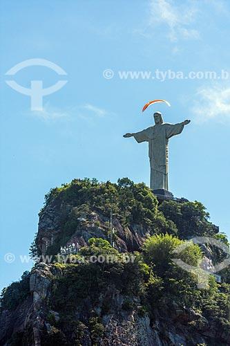 Parapente com Cristo Redentor vistos a partir do bairro de Laranjeiras  - Rio de Janeiro - Rio de Janeiro (RJ) - Brasil