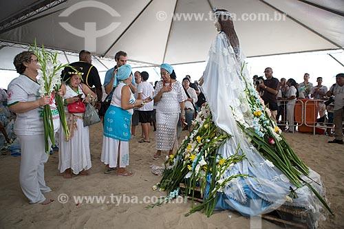 Estátua de Yemanjá e oferendas durante a Festa de Yemanjá na Praia de Copacabana - Posto 4  - Rio de Janeiro - Rio de Janeiro (RJ) - Brasil