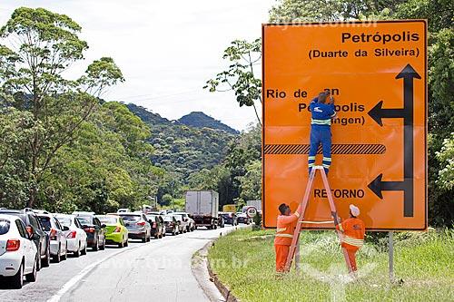 Funcionários da Concer trocando placa na Rodovia Washington Luís (BR-040) - sentido Juiz de Fora-Rio de Janeiro  - Petrópolis - Rio de Janeiro (RJ) - Brasil