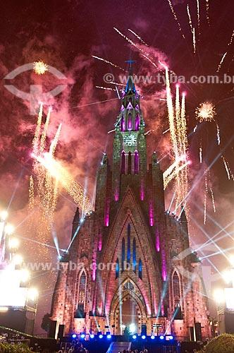 Queima de fogos durante o show de luzes na Paróquia de Nossa Senhora de Lourdes - também conhecida como Catedral de Pedra - parte do espetáculo Sonho de Natal  - Canela - Rio Grande do Sul (RS) - Brasil
