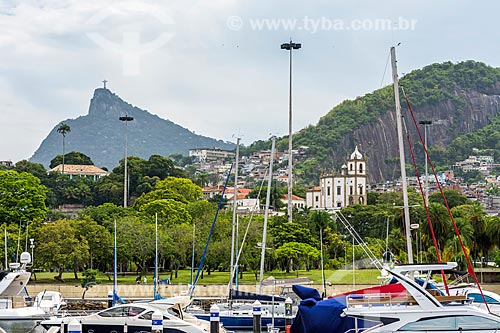 Vista da Igreja de Nossa Senhora da Glória do Outeiro (1739) com o Cristo Redentor (1931) ao fundo a partir da Baía de Guanabara  - Rio de Janeiro - Rio de Janeiro (RJ) - Brasil
