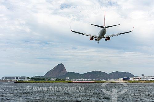 Vista de avião aterrisando no Aeroporto Santos Dumont a partir da Baía de Guanabara com o Pão de Açúcar ao fundo  - Rio de Janeiro - Rio de Janeiro (RJ) - Brasil