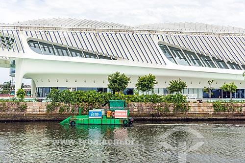 Vista de ecoboat - barco com equipamentos que coletam os resíduos sólidos flutuantes na água - próximo ao Museu do Amanhã  - Rio de Janeiro - Rio de Janeiro (RJ) - Brasil