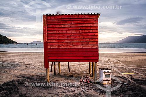 Fogão abandonado ao lado de posto de salva vidas na Praia do Pântano do Sul durante o anoitecer  - Florianópolis - Santa Catarina (SC) - Brasil