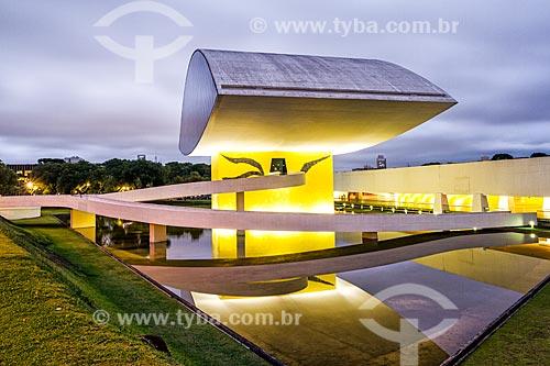Fachada do Museu Oscar Niemeyer - também conhecido como Museu do Olho - durante o anoitecer  - Curitiba - Paraná (PR) - Brasil