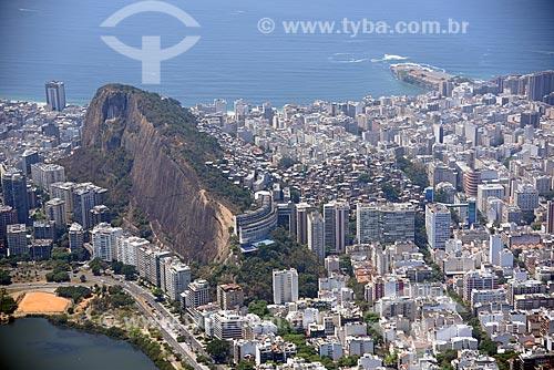 Foto aérea do Morro do Cantagalo com o bairro de Copacabana  - Rio de Janeiro - Rio de Janeiro (RJ) - Brasil