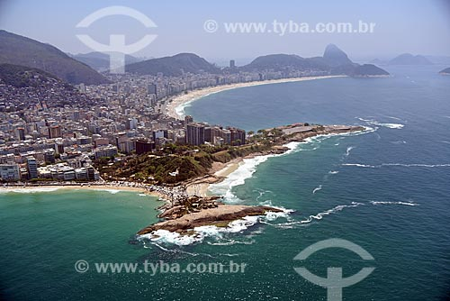 Foto aérea da Pedra do Arpoador com a Praia de Copacabana e o Pão de Açúcar ao fundo  - Rio de Janeiro - Rio de Janeiro (RJ) - Brasil