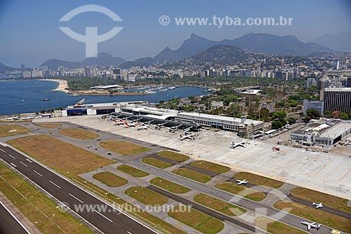 Foto aérea do Aeroporto Santos Dumont (1936) com a Marina da Glória e o Cristo Redentor (1931) ao fundo  - Rio de Janeiro - Rio de Janeiro (RJ) - Brasil