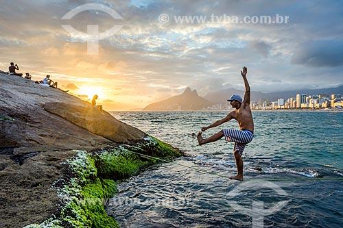 Homem praticando slackline na Praia do Arpoador durante o pôr do sol  - Rio de Janeiro - Rio de Janeiro (RJ) - Brasil