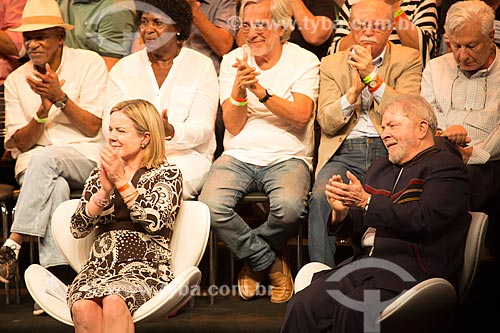 Senadora Gleisi Hoffmann com o ex-presidente Luiz Inácio Lula da Silva durante o encontro de intelectuais e artistas no Teatro Oi Casa Grande - Campanha Eleição sem Lula é fraude  - Rio de Janeiro - Rio de Janeiro (RJ) - Brasil