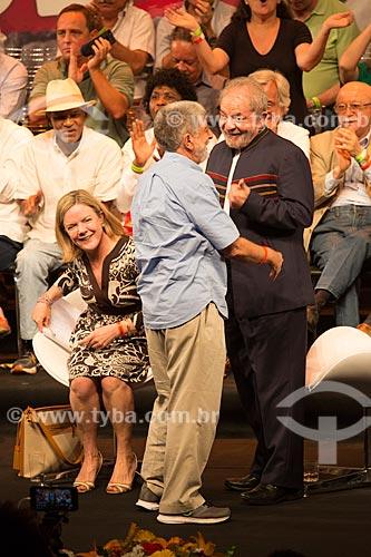 Celso Amorim com o ex-presidente Luiz Inácio Lula da Silva durante o encontro de intelectuais e artistas no Teatro Oi Casa Grande - Campanha Eleição sem Lula é fraude  - Rio de Janeiro - Rio de Janeiro (RJ) - Brasil
