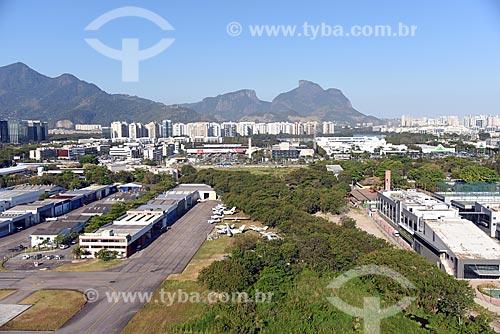 Foto aérea da pista do Aeroporto Roberto Marinho - mais conhecido como Aeroporto de Jacarepaguá - com a Pedra da Gávea ao fundo  - Rio de Janeiro - Rio de Janeiro (RJ) - Brasil