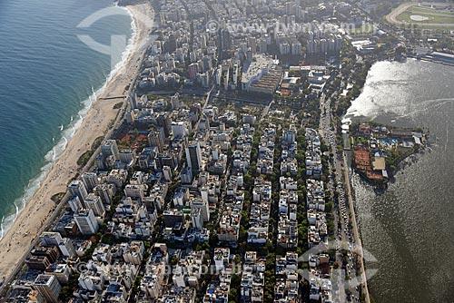Foto aérea do bairro de Ipanema com a praia - à esquerda - e a Lagoa Rodrigo de Freitas - à direita  - Rio de Janeiro - Rio de Janeiro (RJ) - Brasil