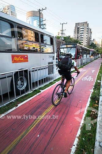 Ciclista em ciclovia ao lado da Avenida Engenheiro Luís Carlos Berrini durante o horário de pico  - São Paulo - São Paulo (SP) - Brasil