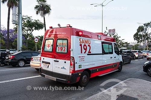 Ambulância do SAMU trafegando em meio a congestionamento na Avenida das Nações Unidas durante o horário de pico  - São Paulo - São Paulo (SP) - Brasil