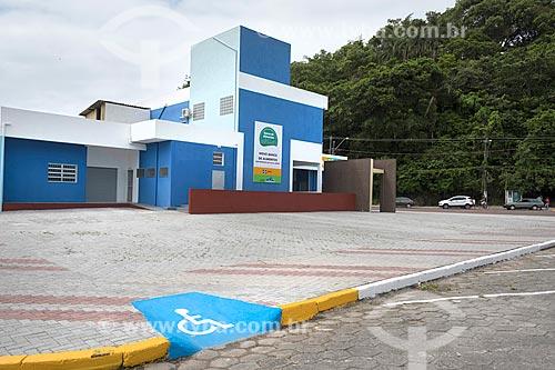 Rampa de acessibilidade instalada em calçada próximo à sede do Programa Banco de Alimentos  - Itanhaém - São Paulo (SP) - Brasil