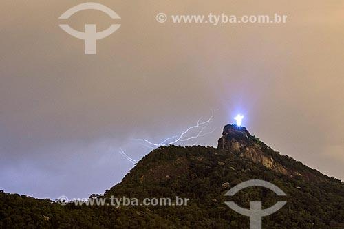 Vista do anoitecer no Cristo Redentor com raio  - Rio de Janeiro - Rio de Janeiro (RJ) - Brasil