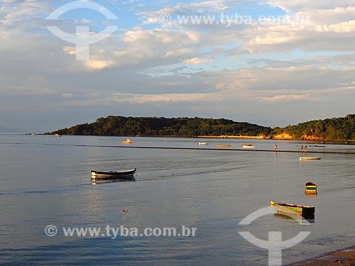 Barcos ancorados na Praia de Manguinhos durante o pôr do sol  - Armação dos Búzios - Rio de Janeiro (RJ) - Brasil
