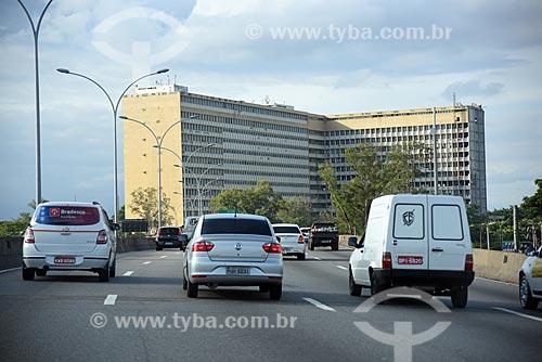 Vista do tráfego na Linha Vermelha com o Hospital Universitário Clementino Fraga Filho ao fundo  - Rio de Janeiro - Rio de Janeiro (RJ) - Brasil
