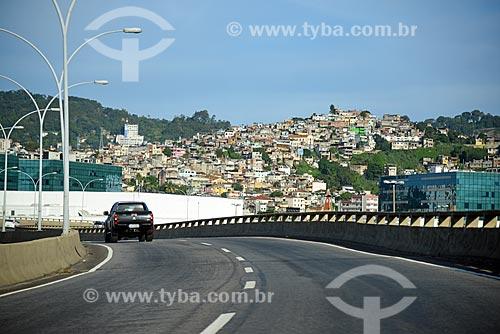 Tráfego na Avenida Francisco Bicalho com o Morro de São Carlos ao fundo  - Rio de Janeiro - Rio de Janeiro (RJ) - Brasil