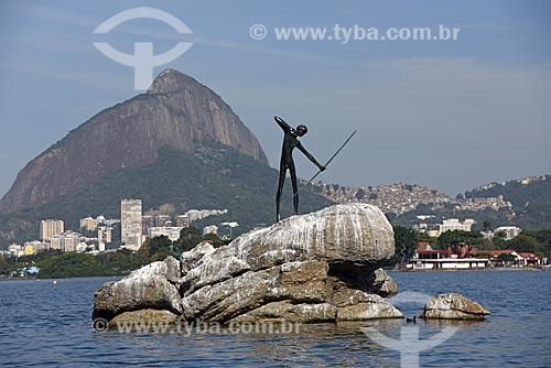 Escultura O Curumim (1979) na Lagoa Rodrigo de Freitas com o Morro Dois Irmãos ao fundo  - Rio de Janeiro - Rio de Janeiro (RJ) - Brasil