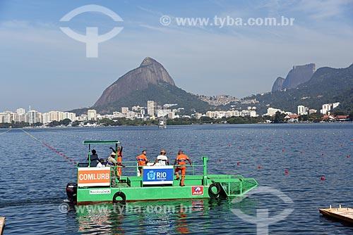 Ecoboat - barco com equipamentos que coletam os resíduos sólidos flutuantes na água - na Lagoa Rodrigo de Freitas com o Morro Dois Irmãos ao fundo  - Rio de Janeiro - Rio de Janeiro (RJ) - Brasil