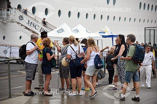 Voluntários ajudando turistas no Píer Mauá  - Rio de Janeiro - Rio de Janeiro (RJ) - Brasil