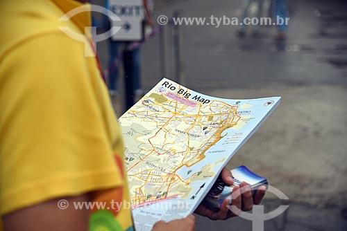 Voluntários distribuindo mapa para os turistas no Píer Mauá  - Rio de Janeiro - Rio de Janeiro (RJ) - Brasil