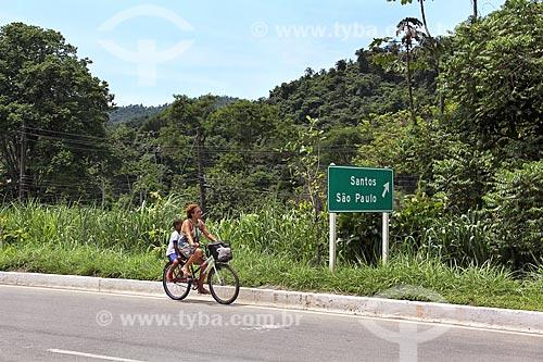 Mulher andando de bicicleta Rodovia Governador Mário Covas (BR-101) próximo à Paraty  - Paraty - Rio de Janeiro (RJ) - Brasil
