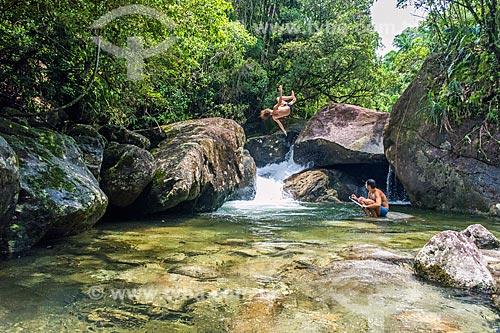 Jovem saltando no Poço do Pulo no Área de Proteção Ambiental da Serrinha do Alambari  - Resende - Rio de Janeiro (RJ) - Brasil
