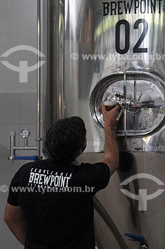 Mestre cervejeiro retirando cerveja diretamente do tanque de maturação na Cervejaria Brewpoint  - Petrópolis - Rio de Janeiro (RJ) - Brasil