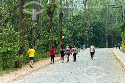 Pessoas caminhando no Parque Ecológico Gruta Santa Luzia  - Mauá - São Paulo (SP) - Brasil