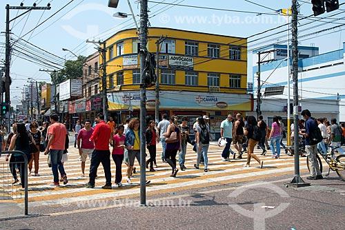 Pedestres atravessando na faixa de pedestre na esquina da Avenida Barão de Mauá com a Avenida Governador Mário Covas  - Mauá - São Paulo (SP) - Brasil