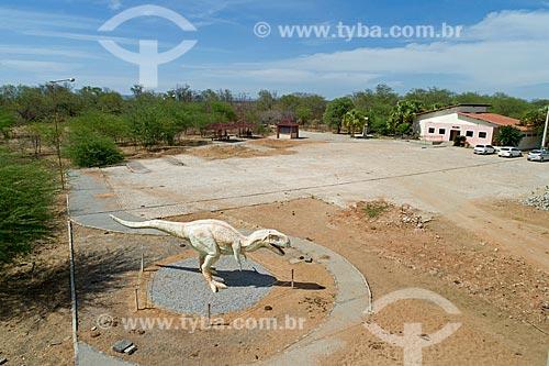 Foto feita com drone de réplica de dinossauro no Monumento natural do Vale dos Dinossauros  - Sousa - Paraíba (PB) - Brasil