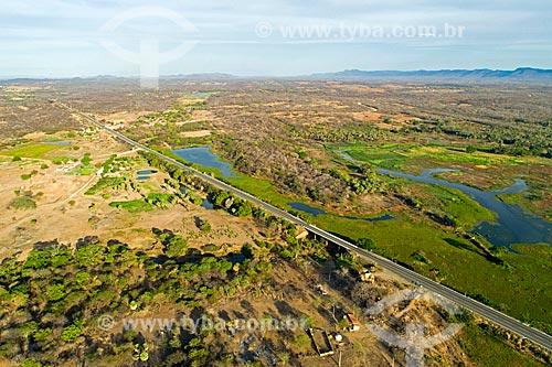 Foto feita com drone da Rodovia Governador Antônio Mariz (BR-230) - trecho da Rodovia Transamazônica - próximo a ponte sobre o Rio Santo Antônio  - Sousa - Paraíba (PB) - Brasil