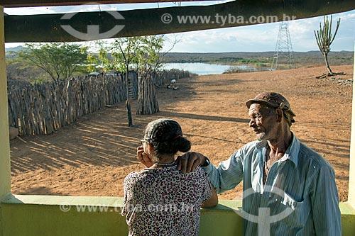 José Francisco da Silva com sua esposa na frente de sua casa nova - desapropriados para a construção do Reservatório Cacimba Nova  - Custódia - Pernambuco - Brasil