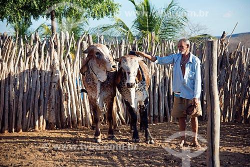 José Francisco da Silva no curral de sua casa nova - desapropriados para a construção do Reservatório Cacimba Nova  - Custódia - Pernambuco - Brasil