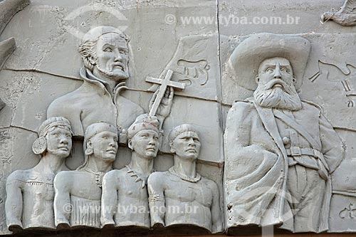 Detalhe de esculturas que contam a história do Tocantins na fachada do Palácio Araguaia (1991) - sede do Governo do Estado  - Palmas - Tocantins (TO) - Brasil