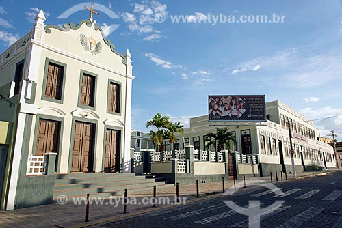 Vista da fachada da Capela de Santa Teresa de Jesus e com o Colégio Santa Teresa (1923) ao fundo  - Crato - Ceará (CE) - Brasil