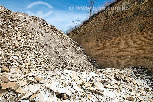 Rejeitos com camadas de calcário em área de extração de calcário - corte de Pedra Cariri  - Santana do Cariri - Ceará (CE) - Brasil