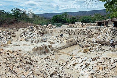 Rejeitos de calcário em área de extração de calcário - corte de Pedra Cariri  - Santana do Cariri - Ceará (CE) - Brasil
