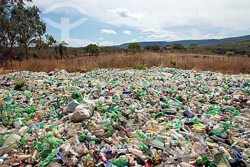Garrafas PET e plásticos em área de usina de reciclagem  - Crato - Ceará (CE) - Brasil