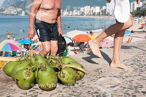 Côco no calçadão da Praia do Arpoador  - Rio de Janeiro - Rio de Janeiro (RJ) - Brasil