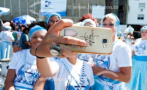 Foliões fazendo uma selfie durante o desfile do bloco de carnaval de rua Afoxé Ilê Alá na Avenida Atlântica  - Rio de Janeiro - Rio de Janeiro (RJ) - Brasil