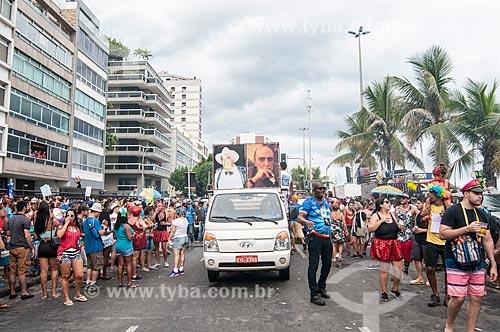 Quadro de Albino Pinheiro - fundador do bloco de carnaval de rua Banda de Ipanema - e de Oscar Niemeyer durante o desfile na Avenida Vieira Souto  - Rio de Janeiro - Rio de Janeiro (RJ) - Brasil