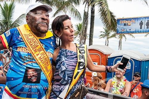Detalhe de Martinho da Vila - homenageado do bloco pelo seu aniversário de 80 anos - e esposa Cléo Ferreira durante o desfile do bloco de carnaval de rua Banda de Ipanema  - Rio de Janeiro - Rio de Janeiro (RJ) - Brasil