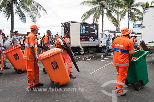 Garis limpando a Avenida Vieira Souto após o desfile do bloco de carnaval de rua Banda de Ipanema  - Rio de Janeiro - Rio de Janeiro (RJ) - Brasil
