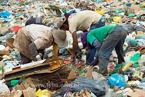 Catadores no lixão na cidade de Barbalha  - Barbalha - Ceará (CE) - Brasil