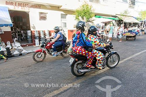 Mulheres com roupa de palhaço em motocicleta  - Juazeiro do Norte - Ceará (CE) - Brasil